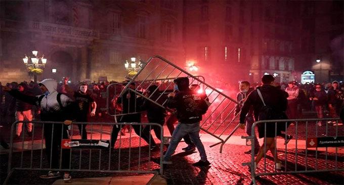 Proteste masive în Spania împotriva restricțiilor. Confruntări între protestatari și forțele de ordine, la Barcelona