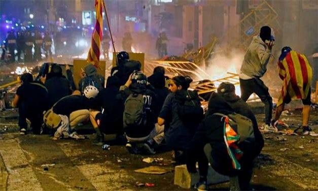 Incendii și ciocniri cu Mossos în a cincea seară de proteste în Catalonia