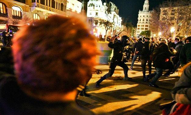 Revolte și containere arse în Catalonia și Valencia din cauza arestării lui Pablo Hasel