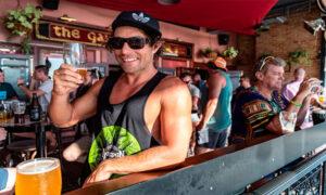 Un australian se bucură de o bere pe plaja din Perth la sfârșitul lunii ianuarie covid zero australia